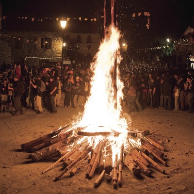 Hoguera en la plaza y baile durante las Fallas de Isil