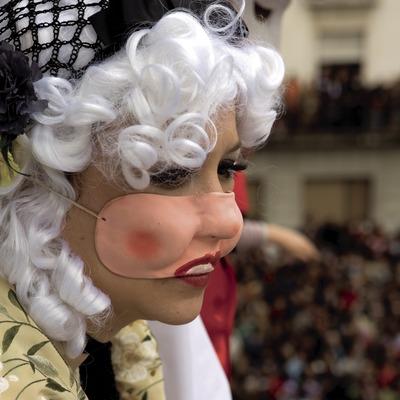 Cortejo del Rey del Carnaval y balcón de autoridades durante el Carnaval (Oriol Llauradó)