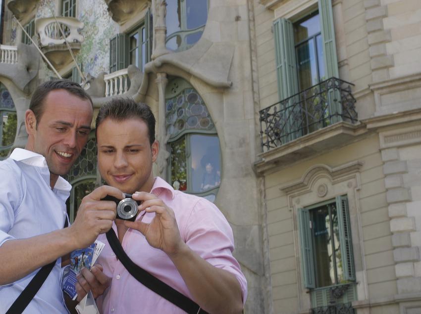 Parella d'homes al davant de la Casa Batlló    (Josep Tió)