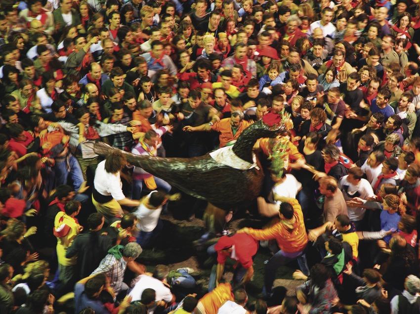 Baile del Águila durante La Patum de Berga.  (Lluís Carro)