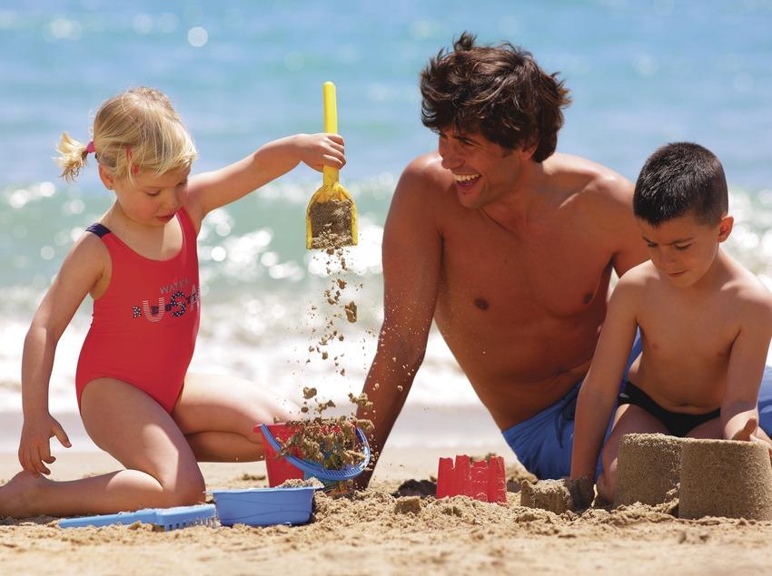 Familia en la playa de Tamarit.  (Lluís Carro)