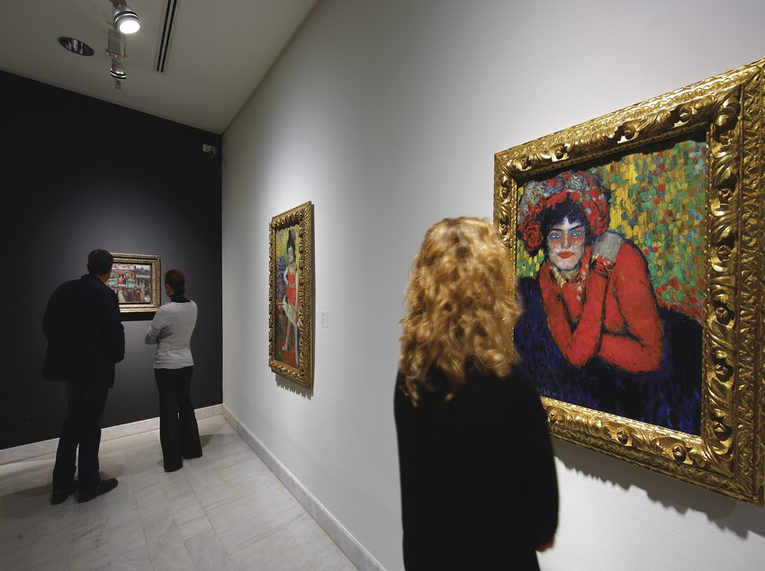 Noia en una sala del Museu Picasso