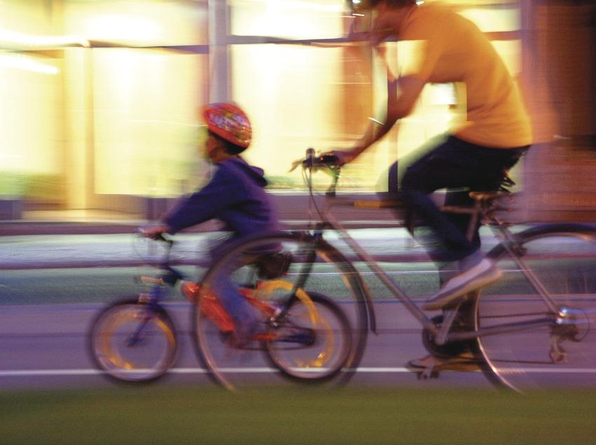 Padre e hija en bicicleta.  (Lluís Carro)