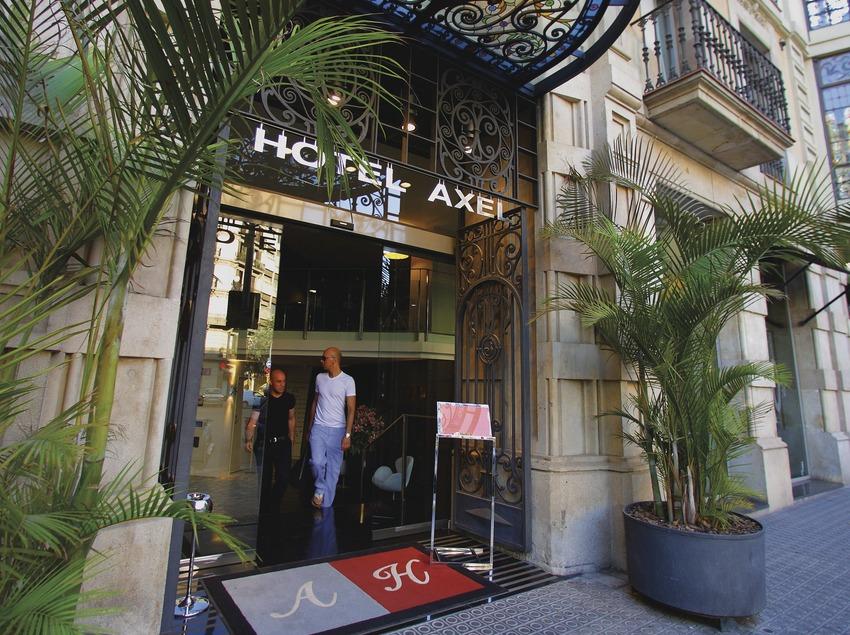 Pareja de hombres saliendo del hotel Axel.  (Lluís Carro)