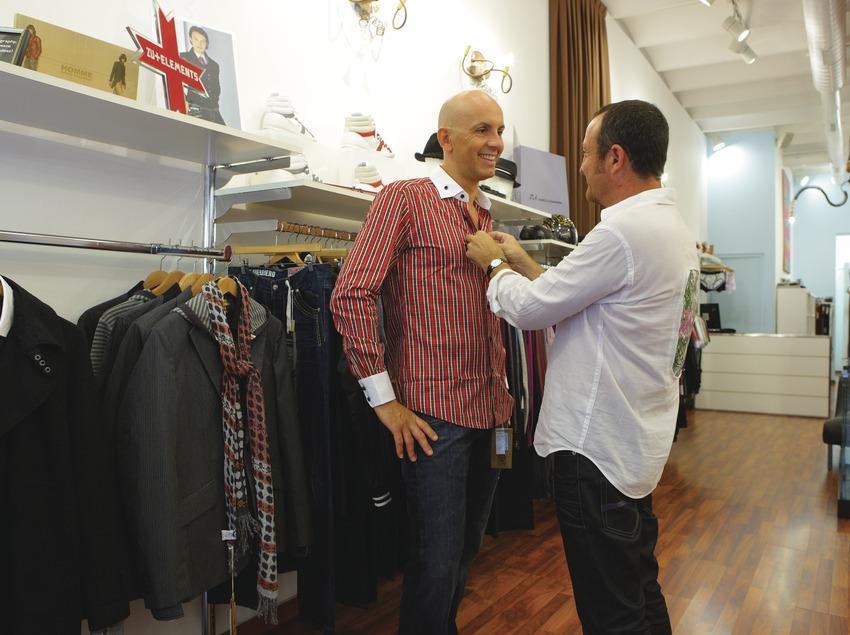 Parella d'homes en una botiga de l'Eixample.  (Lluís Carro)