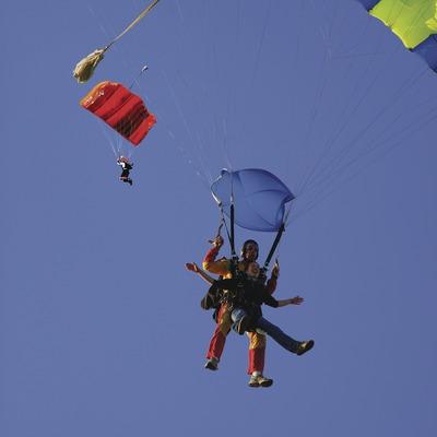 Paracaidismo en el aeroclub Empordà, aeródromo de Empuriabrava.  (Lluís Carro)
