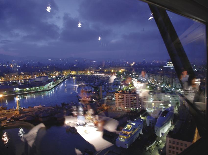 Vista panorámica de la ciudad desde el restaurante Torre d'Altamar.  (Lluís Carro)
