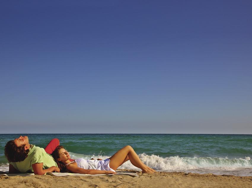 Pareja en la playa de Sant Martí d'Empúries.  (Lluís Carro)