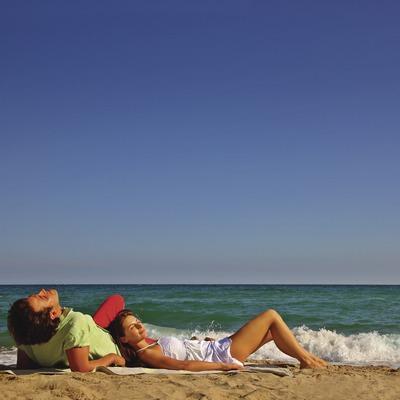 Pareja en la playa de Sant Martí d'Empúries.