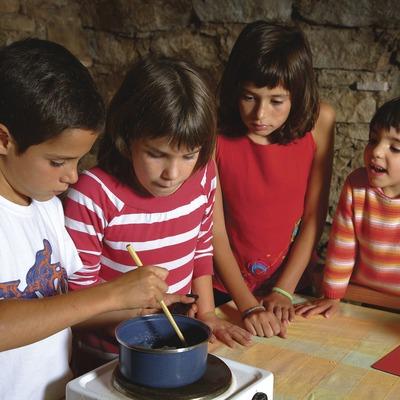 Nens fent sabó al Mas Serra Rica