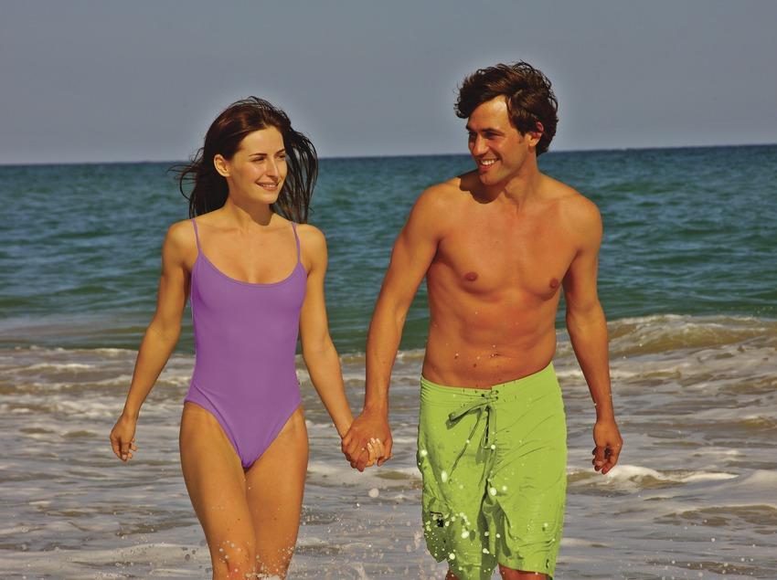 Pareja paseando por la playa.  (Lluís Carro)