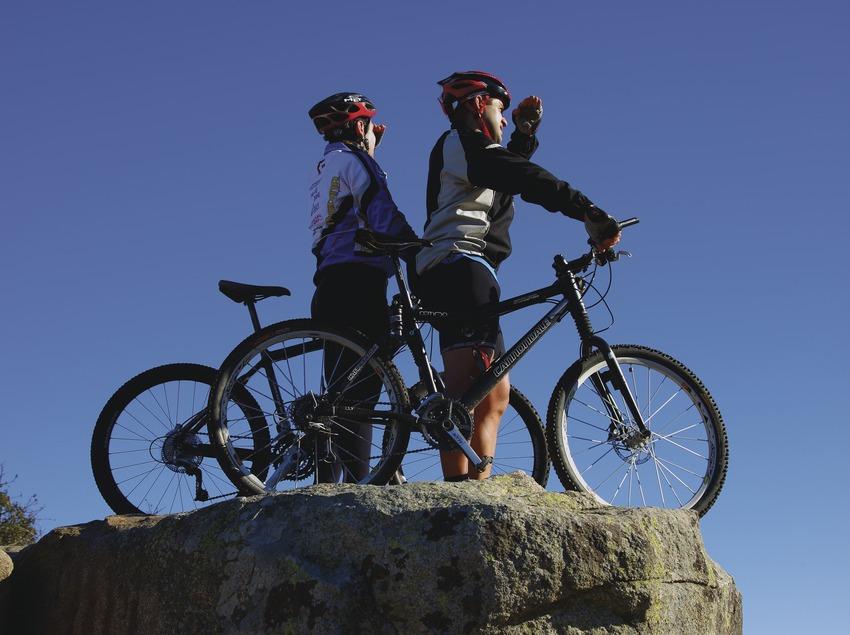 Ciclistes a la Taula dels Tres Bisbes, al massís del Montseny