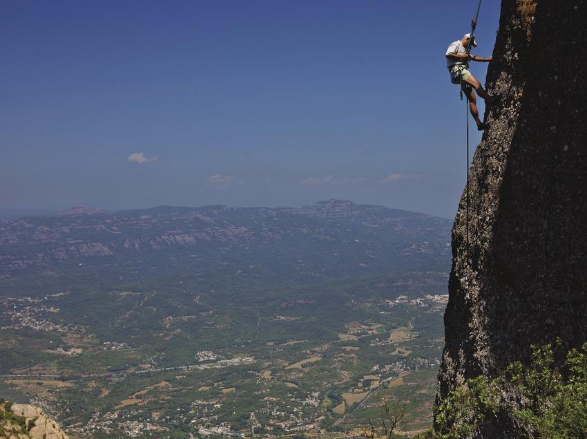 Escalador ascendiendo el macizo de Montserrat.  (Lluís Carro)