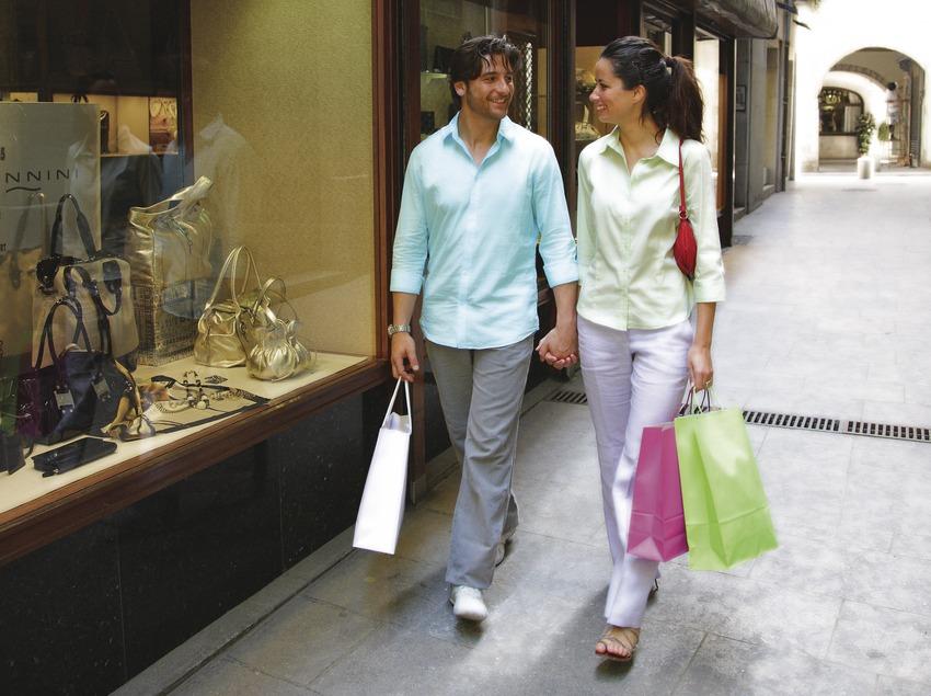 Pareja de compras en una calle de la localidad.