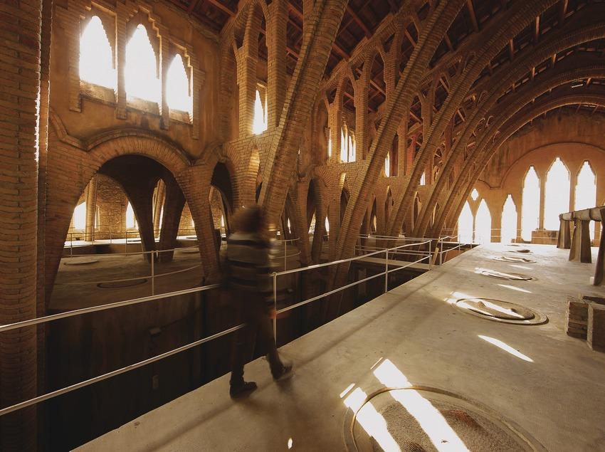 Interior de la bodega cooperativa vinícola, la catedral del vino.