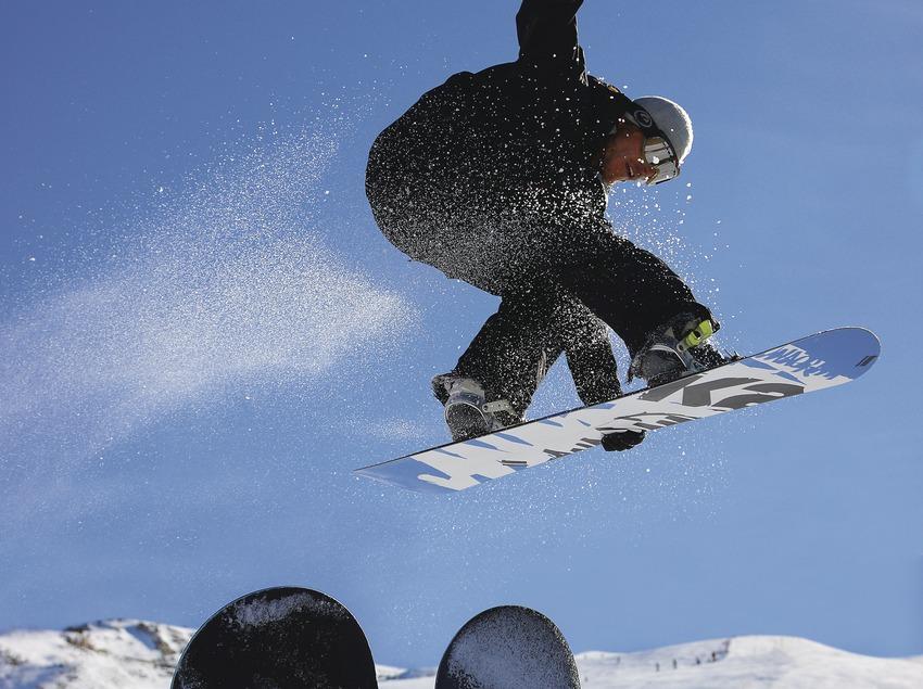 Salto de snowboard en la estación de Baqueira Beret.