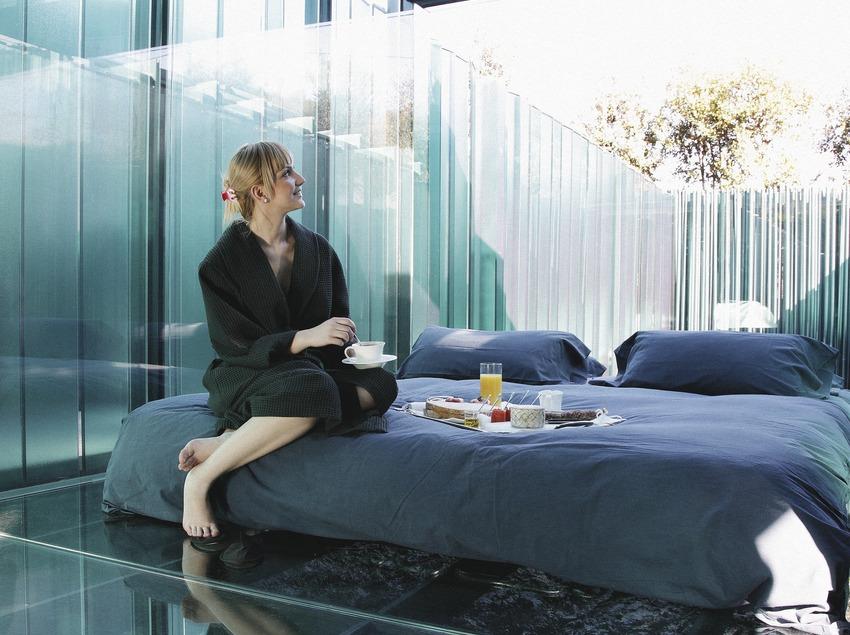 Chica en el hotel Les Cols.  (Lluís Carro)