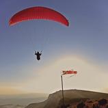 Parapente en el pico de Ares.  (Lluís Carro)