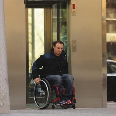 Noi en cadira de rodes sortint d'un ascensor d'una estació de la línea del metro  (Lluís Carro)