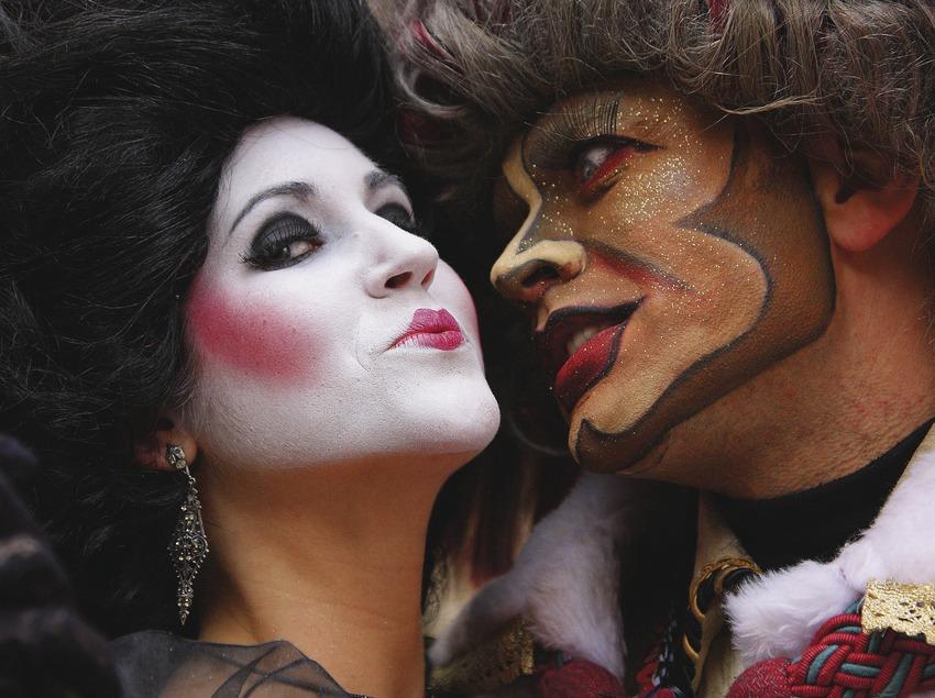 El rey Carnaval y una de sus cortesanas en el desfile del Carnaval.  (Lluís Carro)