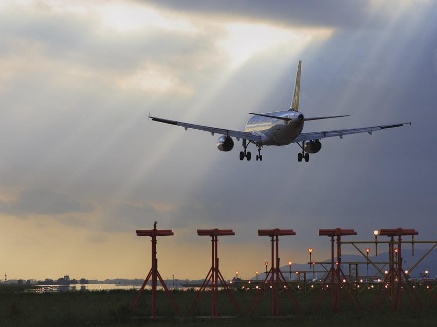 Avión aterrizando en el aeropuerto del Prat.  (Lluís Carro)