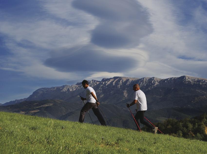 Nordik Walking con la sierra del Cadí al fondo.