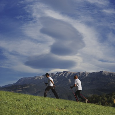 Nordik Walking amb la serra del Cadí al fons