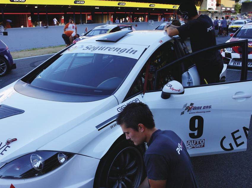 Mecánicos en el Circuit de Catalunya.  (Lluís Carro)