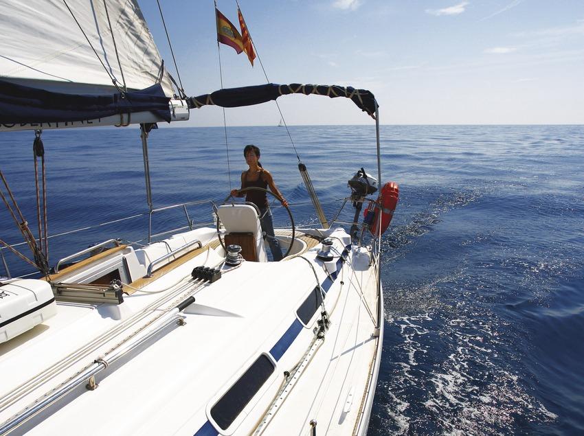 Veler navegant davant de la costa de l'Estartit