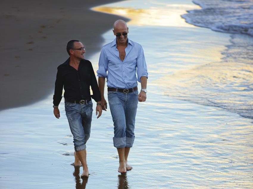 Pareja de chicos en la playa de Sant Sebastià.