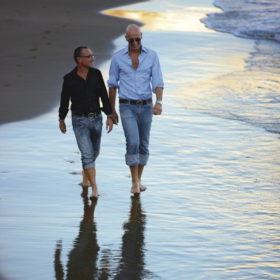 Pareja de chicos en la playa de Sant Sebastià.  (Lluís Carro)
