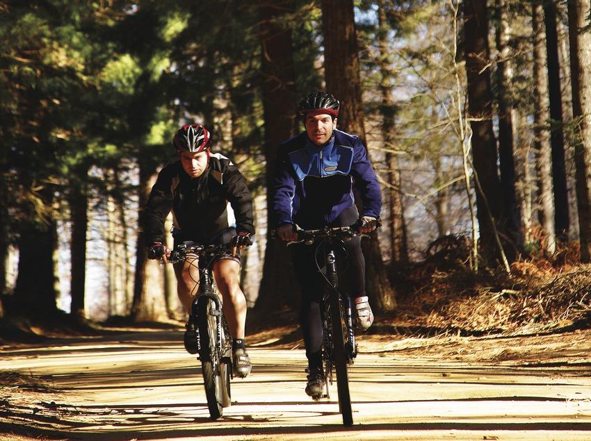 Ciclistas en el camino de Garolera, en el Montseny.