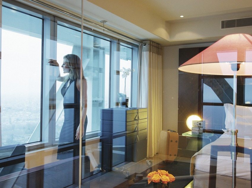 Chica en una habitación del hotel Arts.  (Lluís Carro)