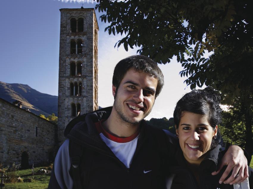 Pareja delante de la iglesia de Sant Climent de Taüll.  (Lluís Carro)