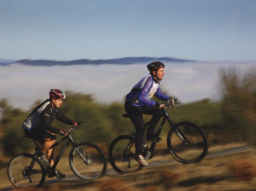 Ciclistas en un camino del Montseny.  (Lluís Carro)