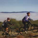 Ciclistas en un camino del Montseny.