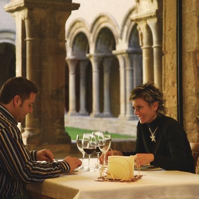 Restaurante en el claustro del Monasterio de Les Avellanes.
