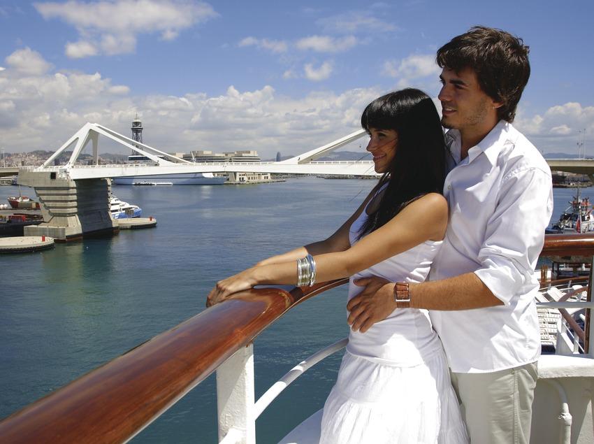Pareja en un crucero de lujo en el puerto de Barcelona.