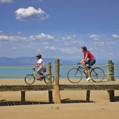 Ciclistas sobre la pasarela del Parc Natural del Delta de l'Ebre.