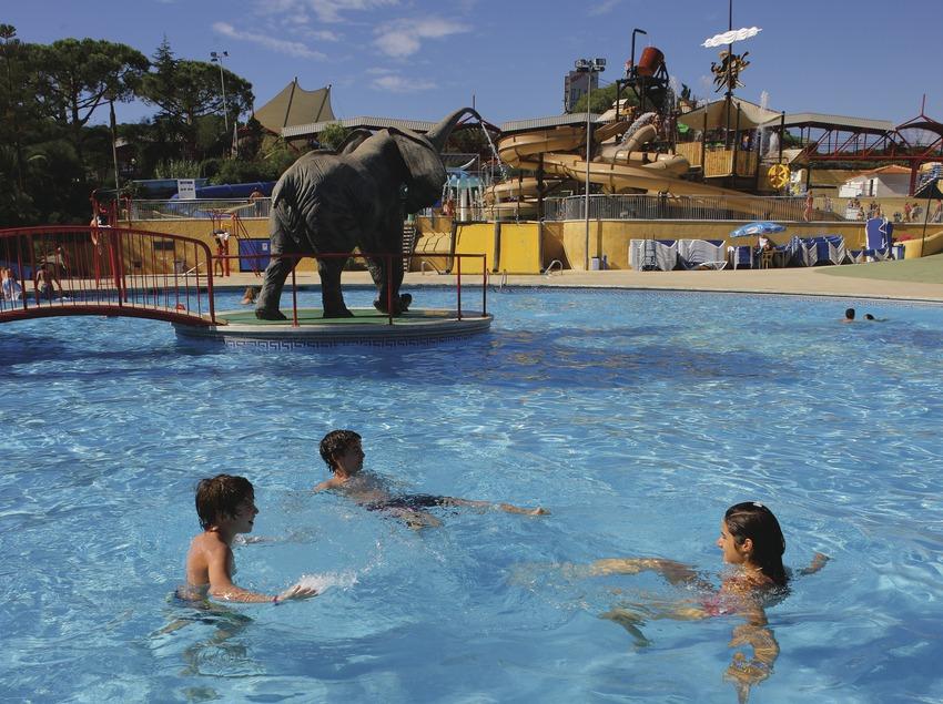 Niños jugando en el parque acuático de Illa Fantasia.