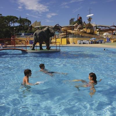 Nens jugant al parc aquàtic Illa Fantasia