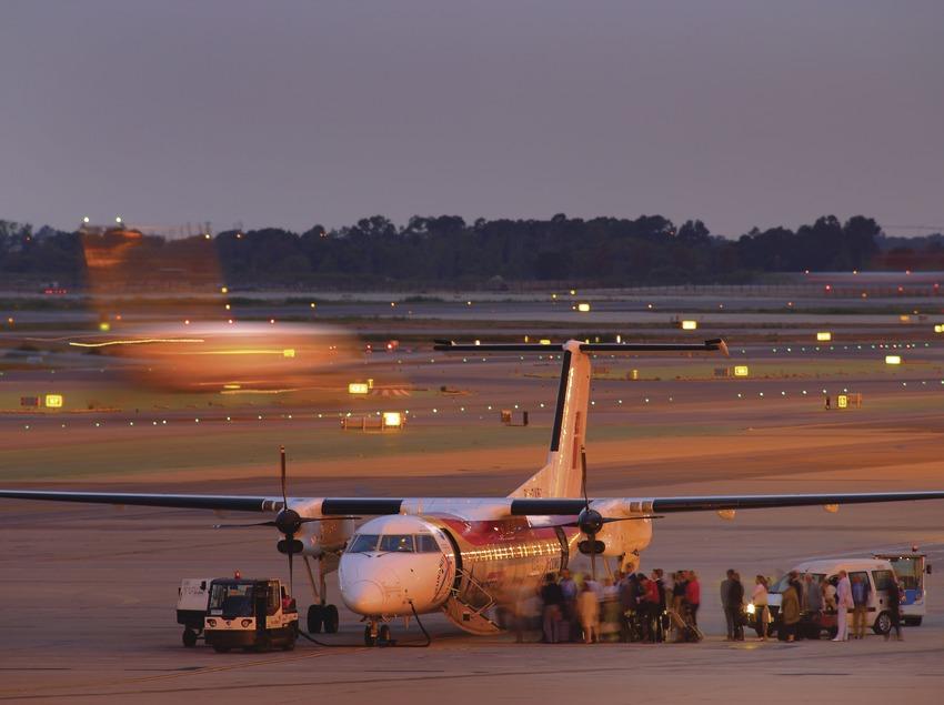 Passatgers pujant a un avió a l'aeroport del Prat  (Lluís Carro)