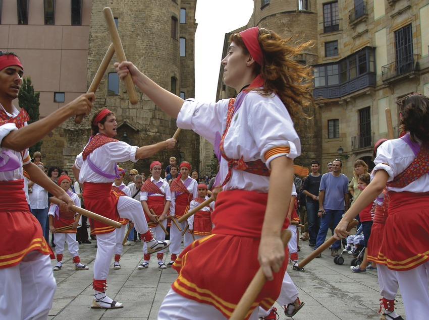 Bastoners bailando en la plazade la Catedral durante las Fiestas de la Mercè  (Lluís Carro)