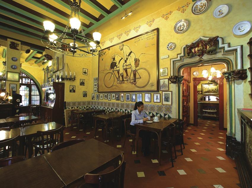 Noia en el restaurant Els Quatre Gats. A la paret, reproducció de l'obra Ramon Casas i Pere Romeu en un tàndem (1897), de Ramon Casas  (Lluís Carro)