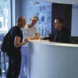 Una parella d'homes a la recepció de l'Hotel Axel  (Lluís Carro)