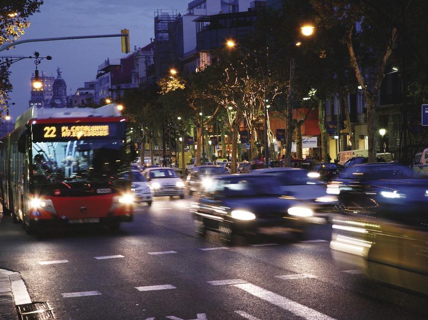 Autobús en el paseo de Gràcia.  (Lluís Carro)