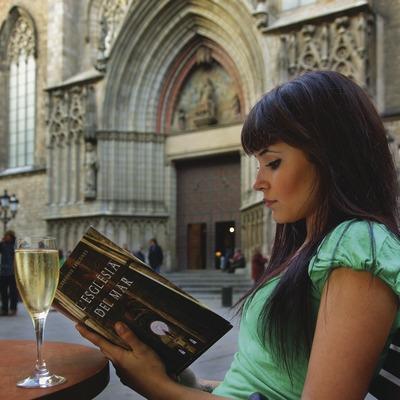 Noia asseguda en una terrassa davant de l'església de Sant Maria del Mar  (Lluís Carro)