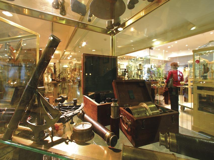 Escaparate de una galería de antigüedades en el Boulevard Rosa.  (Lluís Carro)