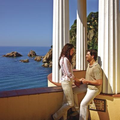 Pareja en el templete del Jardín Botánico de Mar i Murtra.