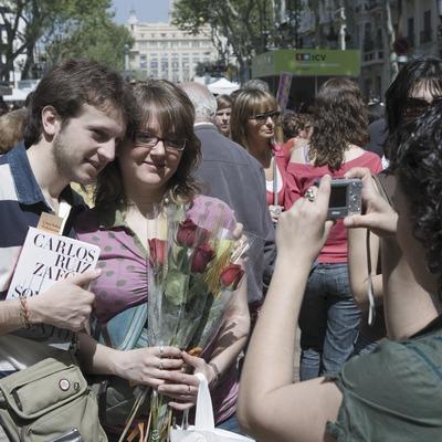 Parella d'enamorats a Les Rambles durant la Diada de Sant Jordi (Oriol Llauradó)